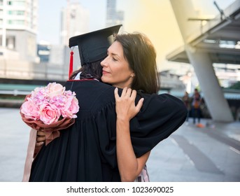 Mothers show the joy The give flowers were embraced students graduate successfully