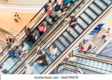 Rolltreppen im modernen Einkaufszentrum
