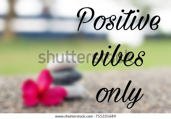 foto de stock sobre motivational quote positive vibes only blurred