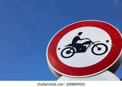 Motorräder Schildern Sie am blauen Himmel in Tel Aviv. Israel