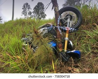 Motorcycle crash into tree on wet road Australia (No one hurt)