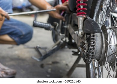 Motorcycles that have been damaged are being repaired by a motorcycle mechanic.