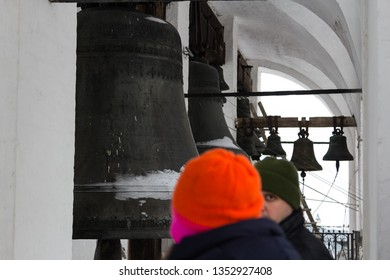 Mount the bell on the bell tower of the Orthodox Church