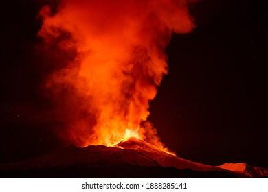 Der Ätna bricht in Sizilien aus. Vulkan löste Lava in die Luft aus und Lavastrom.