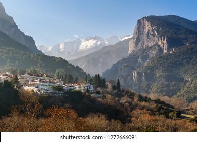 Le mont Olympe derrière le petit village de Litochoro, Grèce