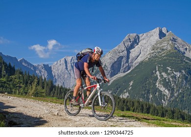 Mountain bikers on the way to the Plumsjoch hut in the Karwendel mountains