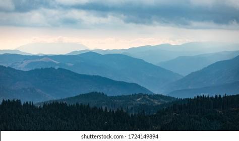 Panorama panoramique sur le paysage du bleu des montagnes