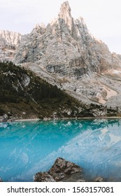 The mountain is called the finger of god. This is the famous Lago di sorapis. This lake is a glacial lake and it is located in the Dolomites in Italy.