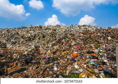Mountain garbage, large garbage pile, degraded garbage. Pile of stink and toxic residue. These garbage come from urban areas, industrial areas. Consumer society Cause massive waste. Can not get rid of