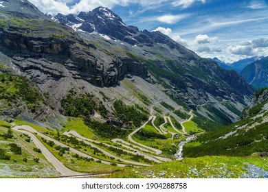 Berglandschaft entlang der Straße zum Stelvio Pass, Provinz Sondrio, Lombardei, Italien, im Sommer.