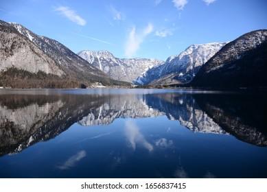 冬の湖に映る山