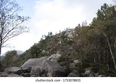 Ein Berg mit Felsen und Bäumen