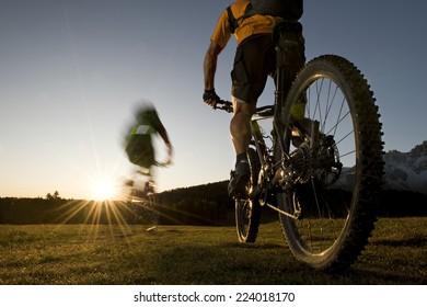 Mountainbike downhill - riding to the sun