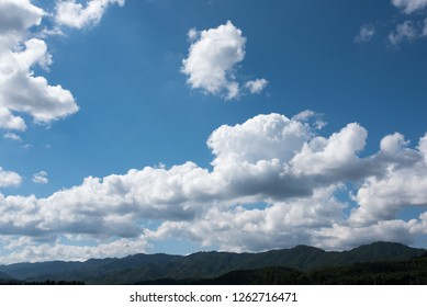 Mountains and clouds  On September 25, 2018, the mountains and clouds of the east coast of Korea were photographed. It is characterized by clear sky and clouds. You can feel the beauty of nature.
