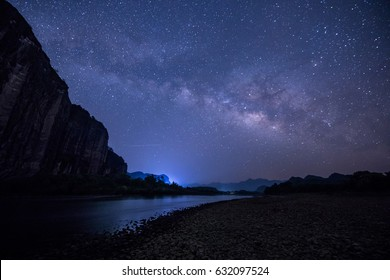 Mountains and rivers in the evening, the stars all over the sky
