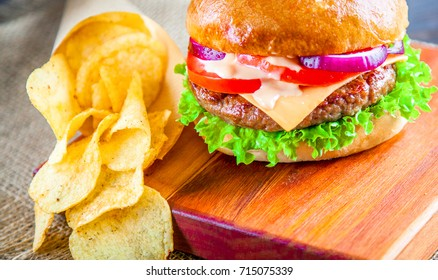 Mouthwatering cheeseburger with juicy beefpatty served with crisps