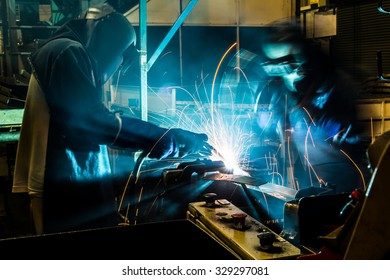 Movement Teamwork in various forms of welding skills up.