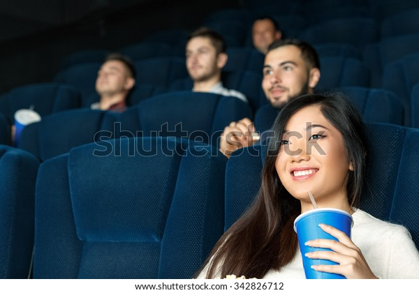 今日の映画。映画を見ながらにこにこ笑う美しいアジア人女性の低い角度の接写