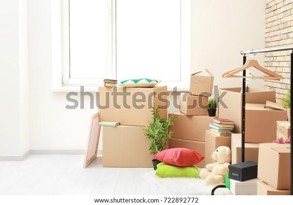 Schachteln im hellen Raum