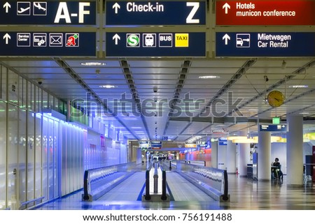 Moving walkway terminal munich airport stockfoto jetzt
