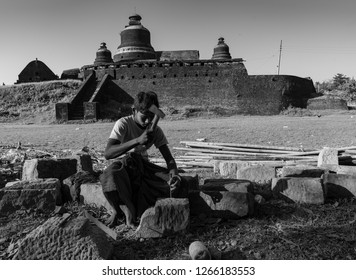 Mrauk U/Myanmar-NOVEMBER 11,2018 : A VILLAGE MAN CARVING BHUDDA STAUE