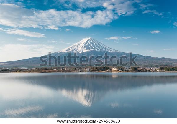 富士山 – 日本の川口湖から見る最高の景色の一つ