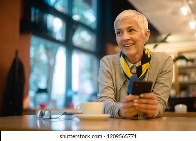 Mture-Frau schreibt eine Nachricht