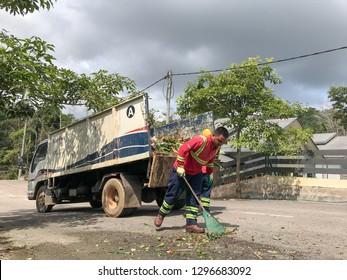Muadzam Shah, January 19th, 2019:  Two  workers of the Alam Flora company clean up the municipal areas. It is their duty to carry out garbage collection every day to make the city clean and beautiful