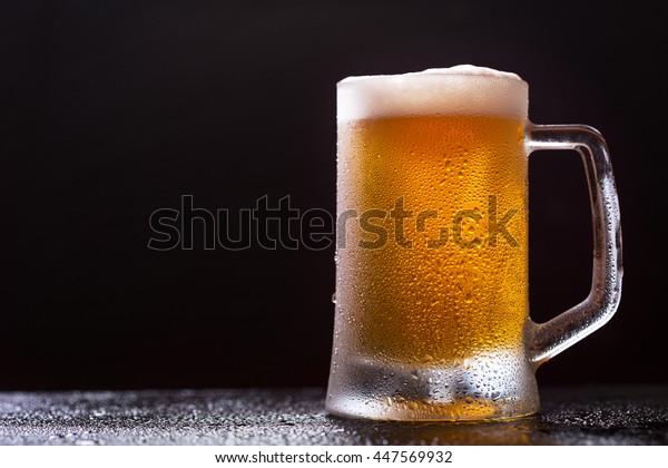 caneca de cerveja no fundo escuro