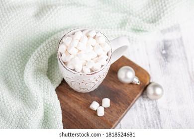 木のテーブルの上にマグとコーヒーとマシュマロを乗せる。 心地よいクリスマス作文。 ハイジュコンセプトのソフトフォーカス – 画像
