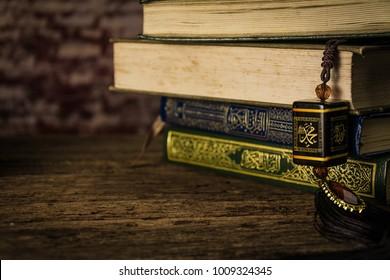 Muhammad Prophet des Islam mit Koran - heiliges Buch der Muslime ( öffentliche Gegenstände aller Muslime ) auf dem Tisch , noch Leben .