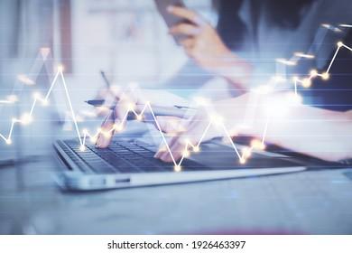 Vielfache Belichtung von Frauen Hände tippen auf Computer-und finanzielle Graphen Hologramm Zeichnung. Konzept der Börsenanalyse.