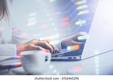 Vielfache Belichtung von weiblichen Händen, die am Hologramm-Zeichnen für Computer und Datenthema arbeiten. Technisches Konzept.