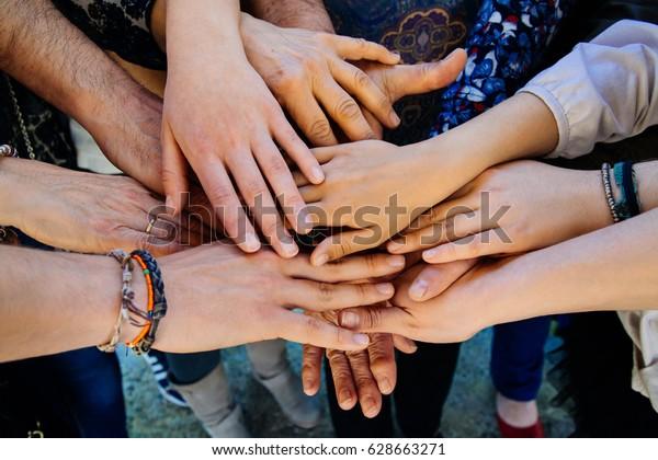 Mehrgenerationen-Familie verbindet sich auf einem Haufen