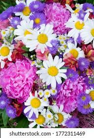 Mehrfarbige Bouquet mit Asterern, Pfingstrosen, Gänseblumen