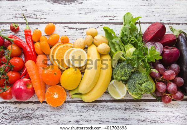 mehrfarbiges frisches Obst und Gemüse