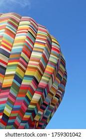 Ballon à air chaud multicolore en gros plan, sur ciel bleu