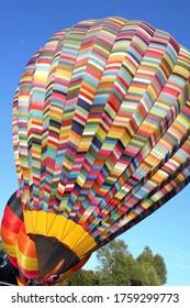 ballon à air chaud multicolore préparé pour le décollage