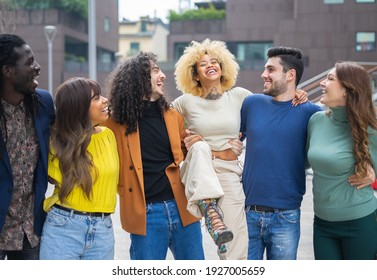 Multiethnic friends joking and chatting while visit new city - Concept of new normal, diversity and aggregation - Focus on blonde hair girl