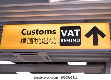 Multilingual Airport sign in Italy indicating the direction of the VAT Refund desks