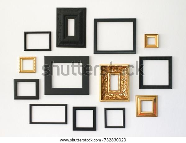 Несколько много пустых небольших рамок для фотографий на белой стене