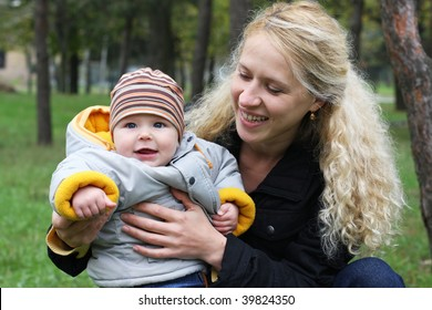 Mum with kid in park