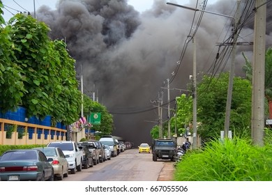Mung Sam ut Sargon, Thailand Jane 26 , 2017 : Warehouse fire in downtown linoleum factory.From the outside plant black smoke from the fire is still ongoing.