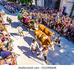 """Munich, Germany - September 21: Participants, carts, marching bands of the annual opening parade called """"einzug der wirte"""" of the oktoberfest on september 21, 2019 in the old town of munich"""