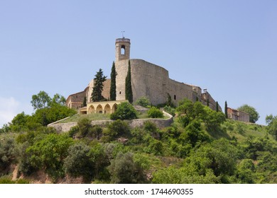 Montfalcó Murallat is located in the Segarra region, perched on top of a hill. It is an example of a medieval enclosed village in Catalonia (Spain).