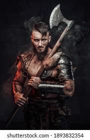 Muskulärer und großartiger, mit großer Axt bewaffneter und mit heller Rüstung gekleideter Kämpfer auf glattem dunklem Hintergrund.