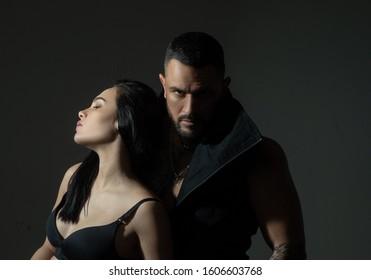 Muskulärer Mann. Paar in Liebe auf dunklem Hintergrund. Entspannen Sie sich. Fashion Studio Foto von schönen Paar. Verliebt. Junge sexy Paare. Alles an ihr liebt. Liebe. Schöne junge Liebhaber