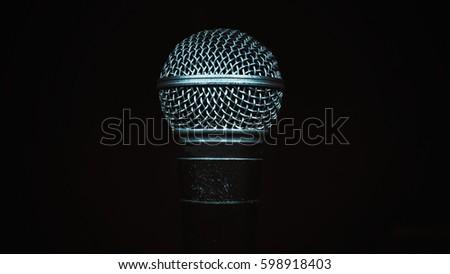 Musikmikrofon schwarzer Hintergrund — foto 8
