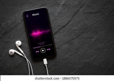 Musik-Player auf dem Mobiltelefon mit Kopfhörern