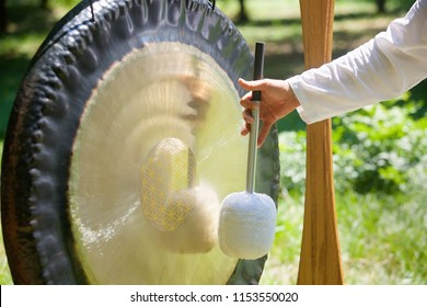 A musical instrument for playing religious music in shamanistic or Buddhist temples. Gong for music performance.